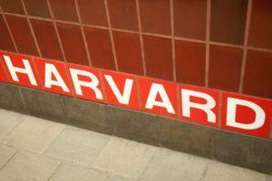 ¿Cuáles son los egresados notables de la universidad de Harvard?